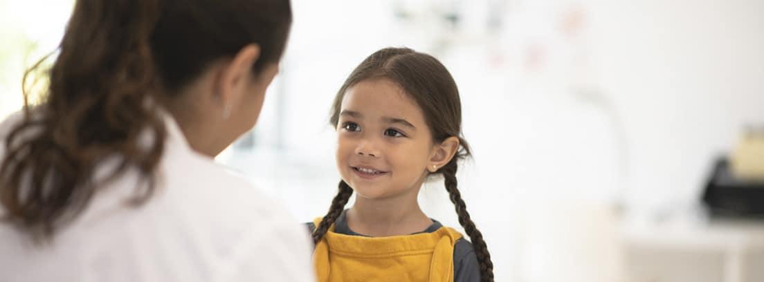 ¿Qué es el trastorno madurativo?: niña en consulta con el pediatra