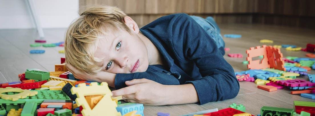 Niño con dislexia jugando