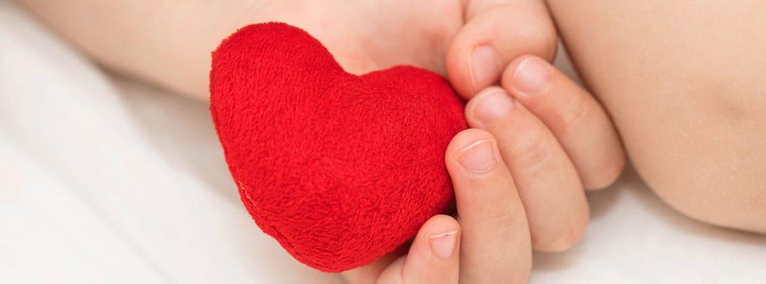 Tetralogía de Fallot: manios de bebé sujetando un corazón