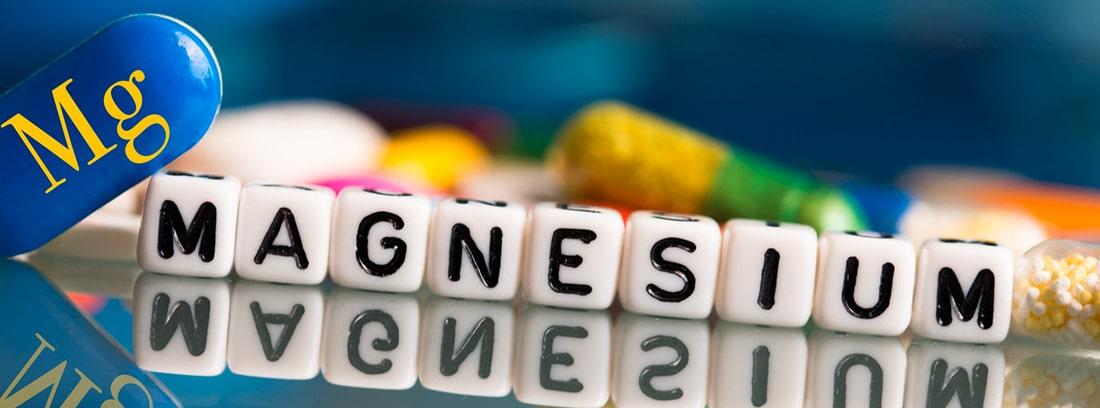 ¿Qué es el cloruro de magnesio? cubos en blanco con la palabra magnesio