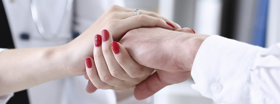 Ser una persona muy dependiente: manos de mujer sobre las manos de otra persona