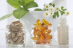¿Qué suplementos dietéticos tomar según la edad?: botes de crital con diferentes suplementos dietéticos