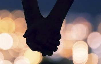 ¿Qué es la demisexualidad?: silueta de pareja con las manos enlazadas