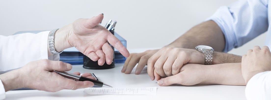 Cáncer en el embarazo: manos enlazadas en señal de apoyo en consulta médica