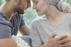 Cáncer en el embarazo: pareja con las manos enlazadas enlazadas , mujer embarazada y con pañuelo en la cabeza