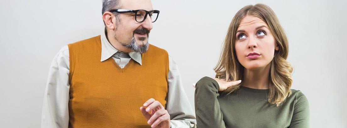 Vergüenza ajena: hombre con gafas y chaleco naranja mirando a chica joven con la mirada hacía arriba