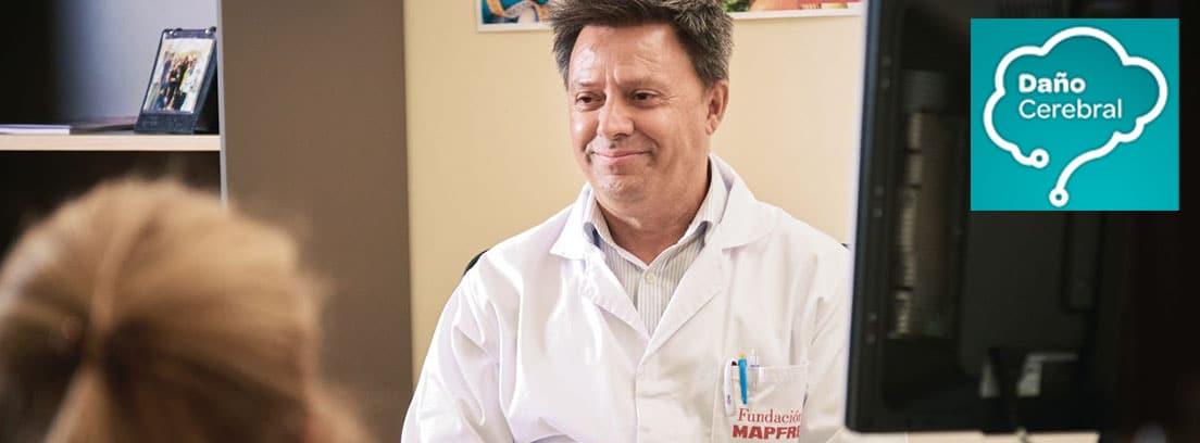 APP daño cerebral adquirido: médico con bata de Fundación MAPFRE en consulta y logo de la app