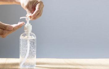Gel hidroalcohólico: uso correcto y elección: manos utilizando gel hidoralcohólico