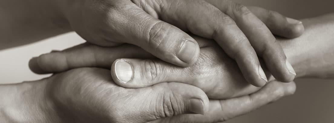 Cómo enfocar la navidad si has perdido a alguien: manos entrecruzadas