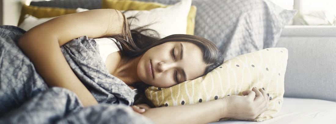 ¿Cuántas horas debe dormir un adolescente?: chica joven durmiendo en la cama
