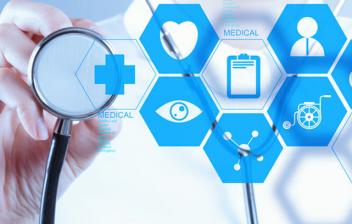 La tecnología sanitaria del futuro: Mano con un fonendoscopio sobre una interfaz con símbolos médicos