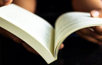 Beneficios psicológicos de leer: libro abierto sobre manos