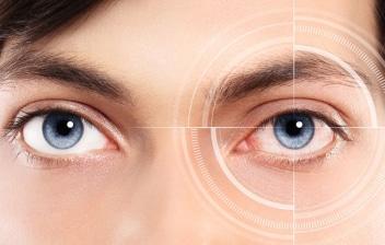 ¿Qué es la fotoqueratitis y por qué se produce?: chico joven con problemas en los ojos