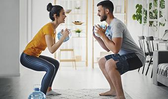 pareja practicando deporte con seguridad