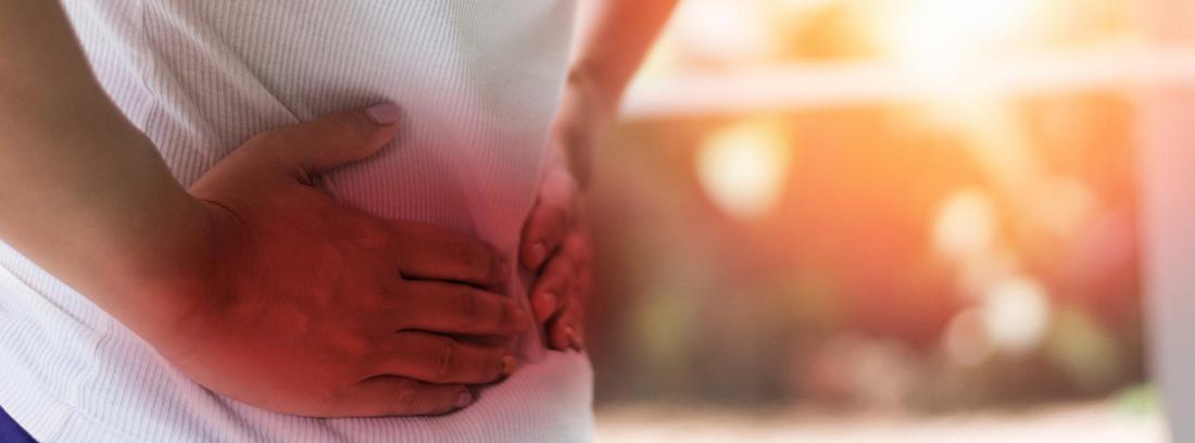 ¿Qué es el síndrome de Dumping?: persona con las manos en el estómago
