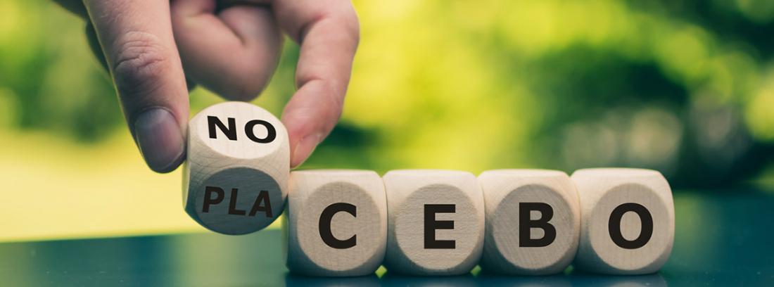 ¿Qué es el efecto nocibo? una mano La mano gira un cubo y cambia la palabra placebo a nocebo, o viceversa.: ?