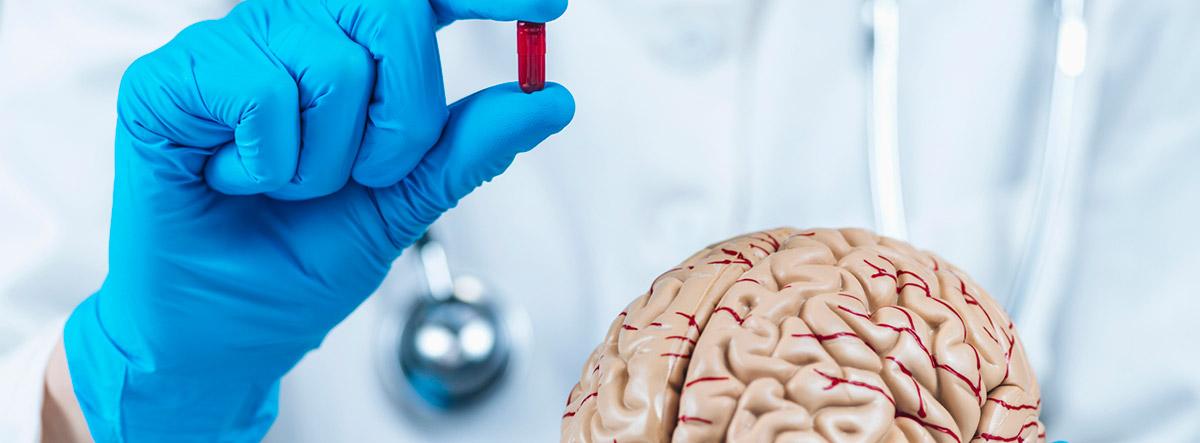 ¿Qué es el efecto nocibo? concepto de efecto nocivo, personal médico con un medicamento en la mano y un cerebro