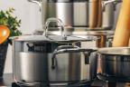 Materiales seguros y saludables en la cocina: diferentes cacerolas de acero inoxidable encima de una placa de cocina c