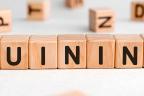 ¿Para qué sirve la quinina?: palabra quinina en cubos de madera