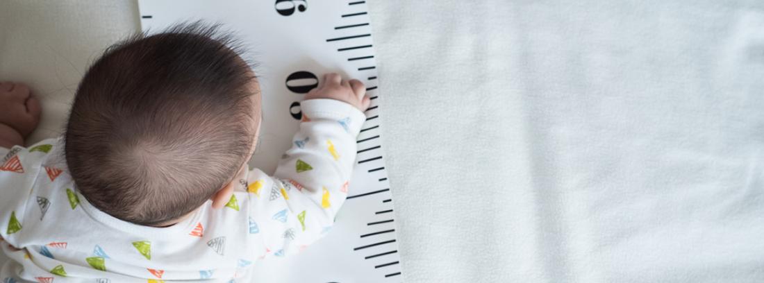 Fórmula de Tunner: niño tumbado boca abajo con un metro