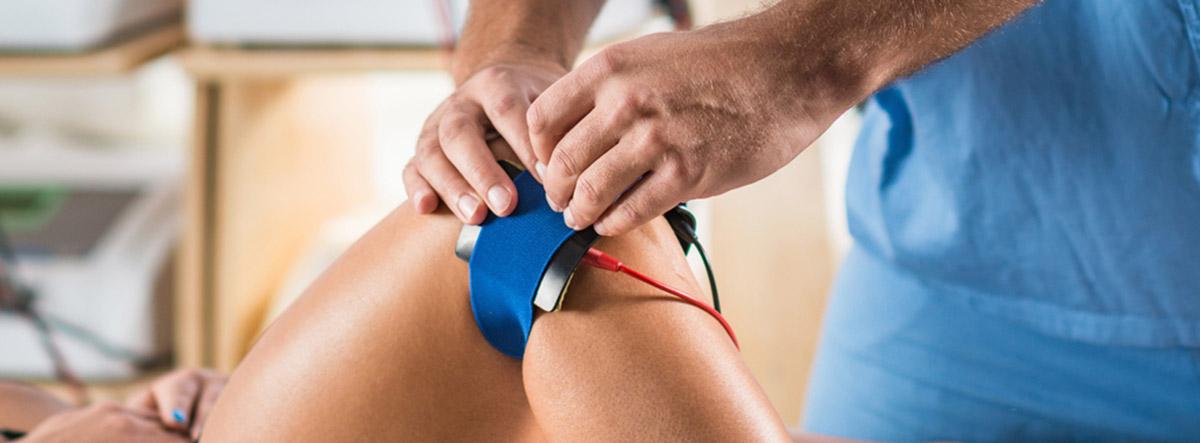 Tendinitis de pata de ganso: sesión de fisioterapia con electrodos en la rodilla