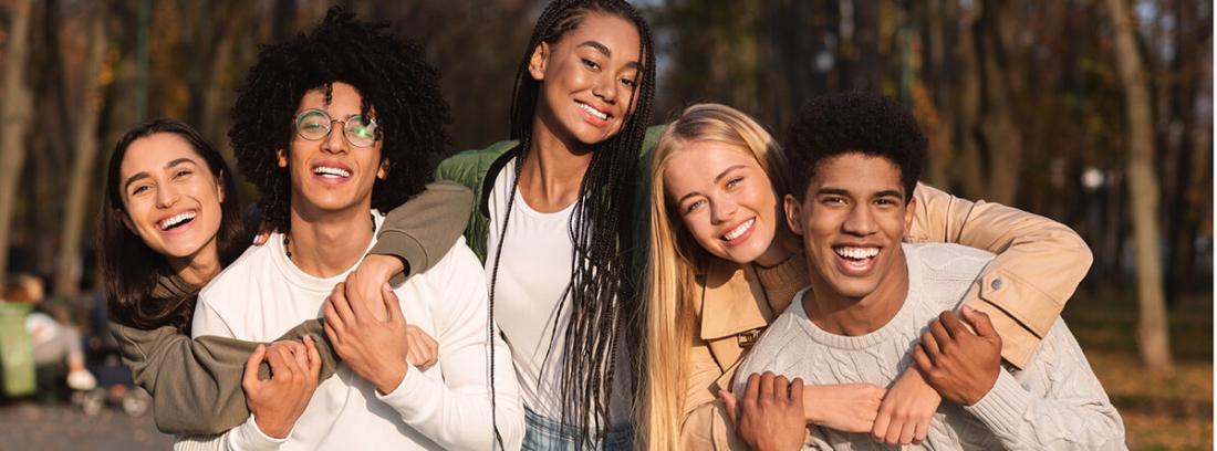 Detectar adiciones en adolescentes: grupo de adolescentes contentos