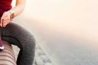 Nutrientes esenciales para el corredor: deportista atándose la zapatilla de correr y un batido de nutrientes al lado