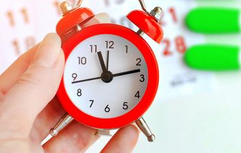 Test de ovulación: reloj despertador, calendario y test de embarazo