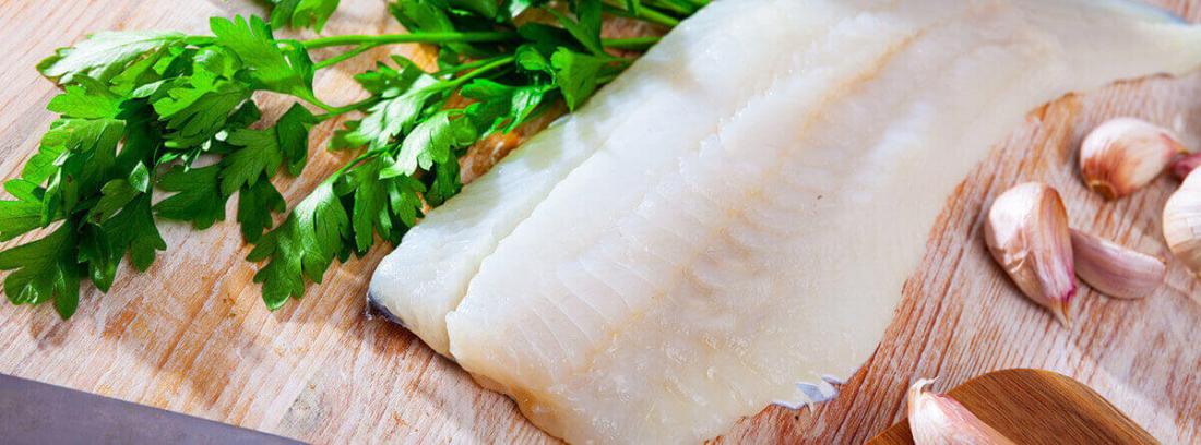 ¿Qué beneficios nutricionales aporta el bacalao?: bacalao fresco y ramas de perjil