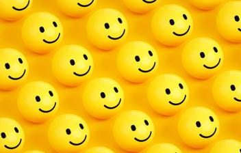 Día Feliz: emoticonos de caritas sonrientes en color amarillo