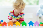 ¿Son seguros los juguetes de plástico para los niños? ¿Pueden intoxicarse? : niño jugando con juguetes de plástico