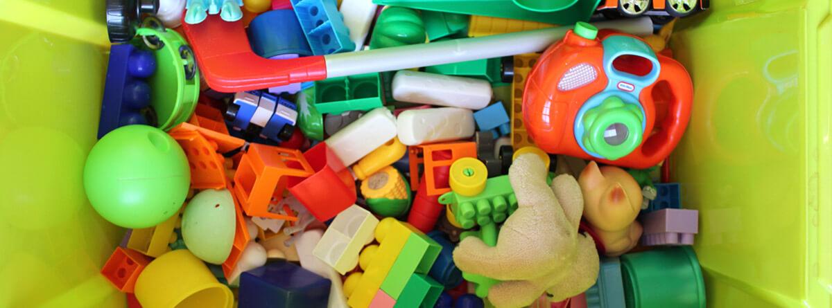 variedad de juguetes de plástico