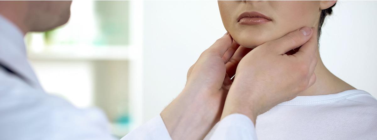 ¿Qué hace un otorrino?: médico examinado la garganta de una paciente