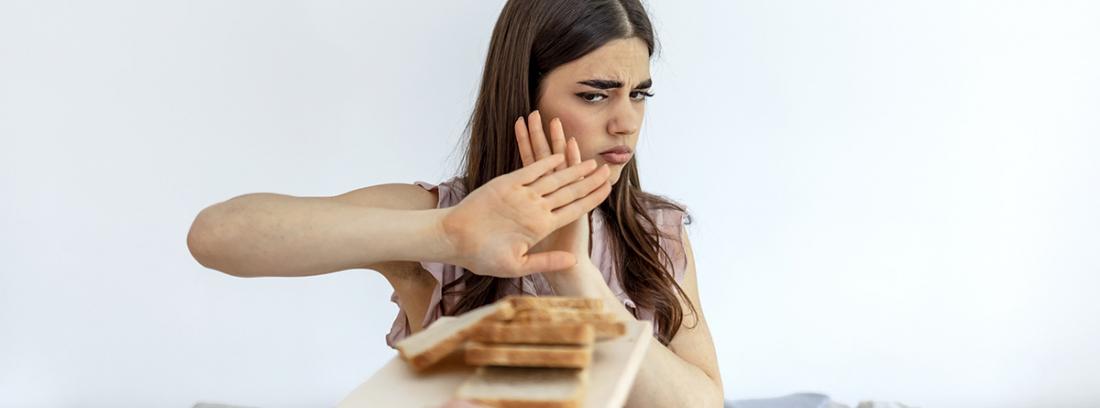 Síndrome constitucional o tóxico: chica joven rechazando la comida