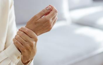 Síndrome del dolor regional: mujer con dolor en las muñecas