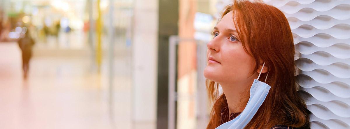 Síndrome de la cara vacía: mujer mirándo al frente con la mascarilla quitada