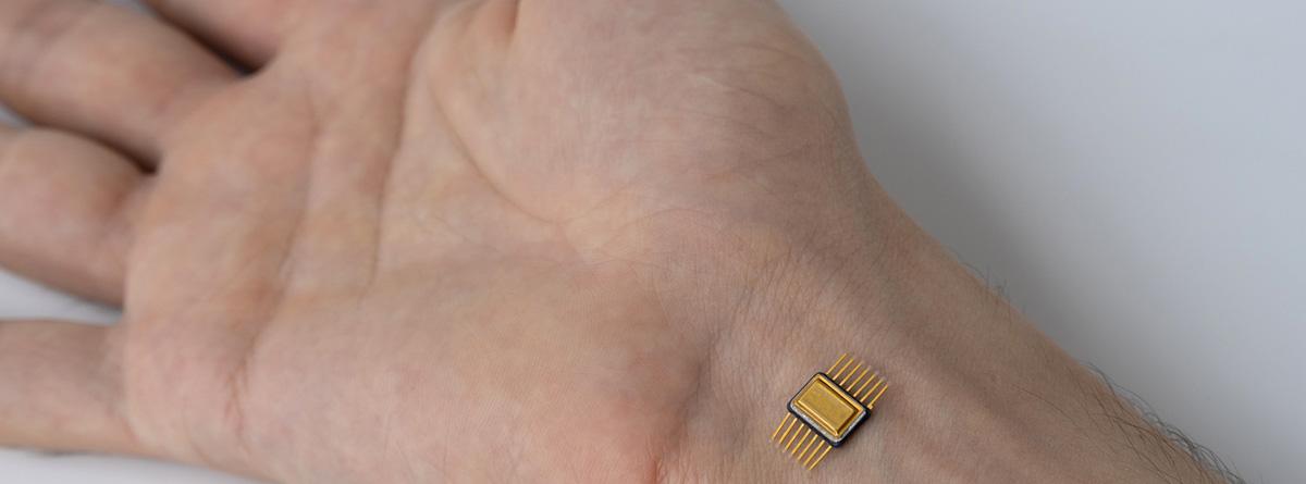 Biochips,: implante de chips en la muñeca humana