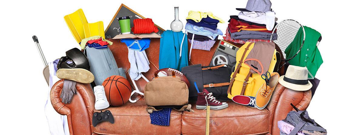 Síndrome de Diógenes: sofa lleno de diferentes objetos