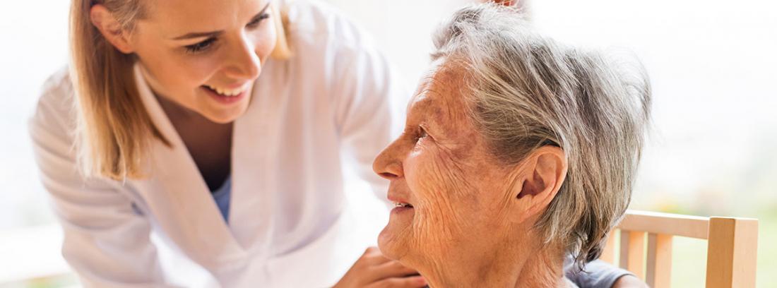 Pruebas y escalas de valoración cognitiva: mujer médico con mujer mayor