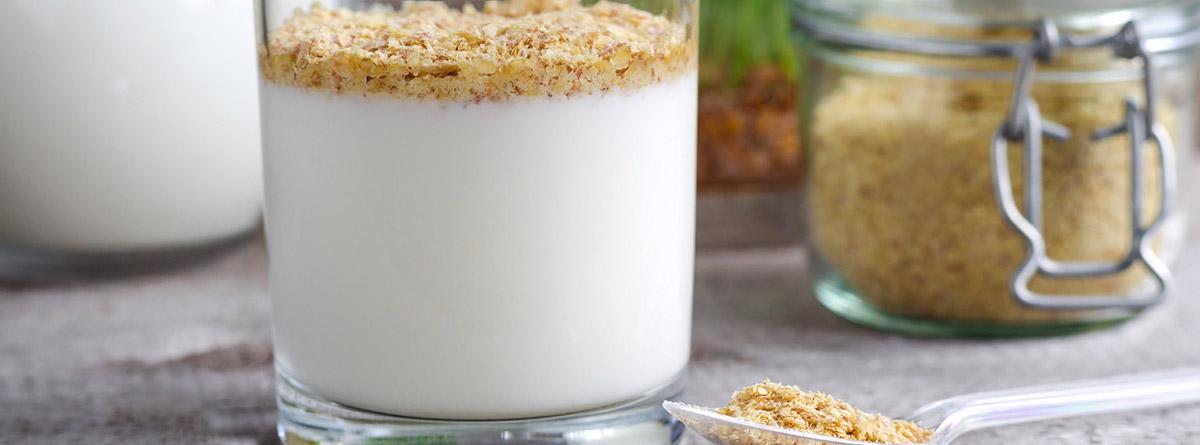 Germen de trigo: vaso de yogur con copos de germen de trigo y bote de cristal