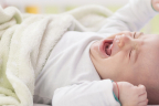 Síndrome de la cuna con pinchos: bebé llorando en la cuna